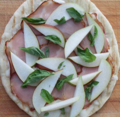 grilled-pizzettas-with-pears-400