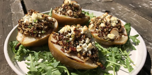Pears grilled and stuffed with quinoa and cheese